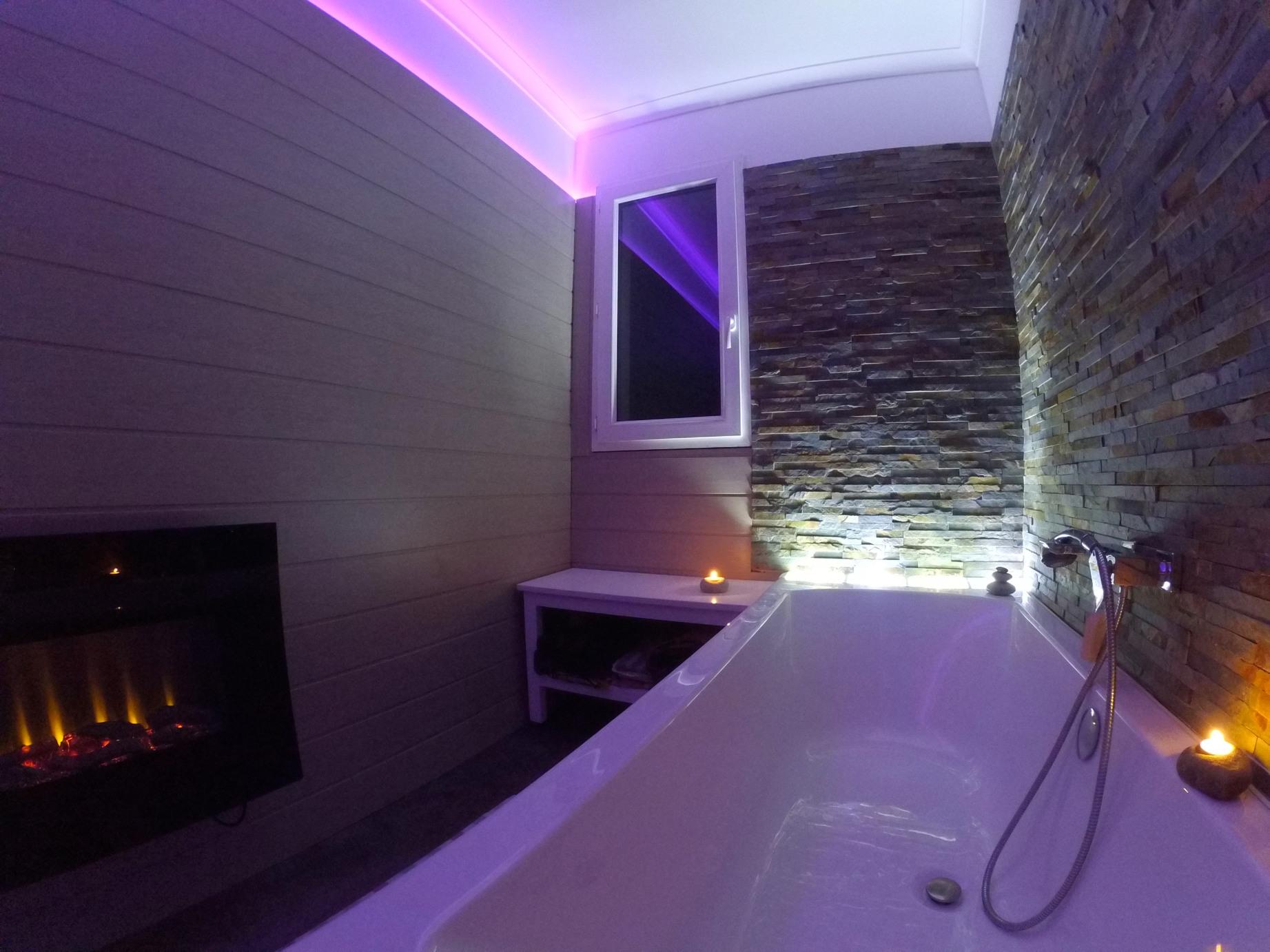 petite salle de bain avec pavs de verre rtro clair pierres de parement tiroirs intgrs dans le tablier de la baignoire caisson technique po - Salle De Bain Avec Pierre De Parement